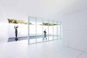 El Pabellón Mies van der Rohe se convierte en una maqueta blanca