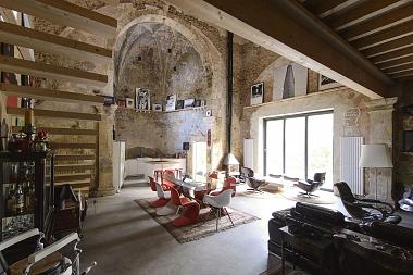 """Cómo el sueño de un arquitecto y la """"locura"""" de un cliente acabaron transformando una iglesia en ruinas en una vivienda única"""