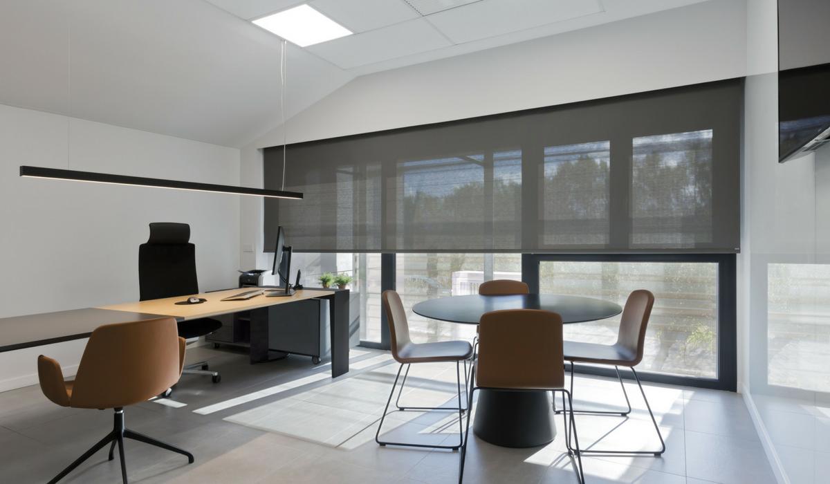 Estores enrollables en oficina moderna cortinas for Estores para oficinas