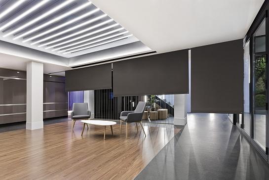 ESTORES ENROLLABLES INSTALADOS EN EL HALL DE UN HOTEL